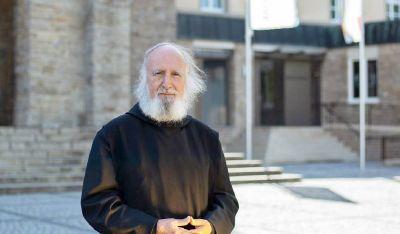 Mit besonderen Themenwochen will Benediktinerpater Dr. Anselm Grün auf seinem Instagram-Kanal gemeinsam mit weiteren Prominenten Mut zur Bewältigung von Problemen machen.