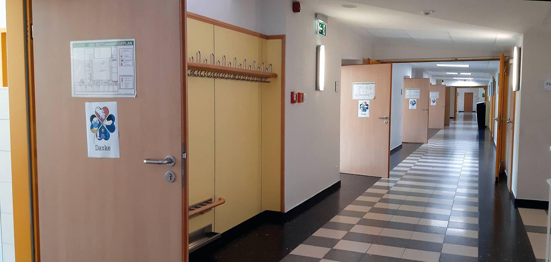 Um eine stete Durchlüftung der Klassenräume zu gewährleisten sollen in bayerischen Klassenzimmern in den nächsten Monaten Türen und Fenster auch während des Unterrichts möglichst offenstehen – ein sehr ungewohnter Anblick im Schulhaus.