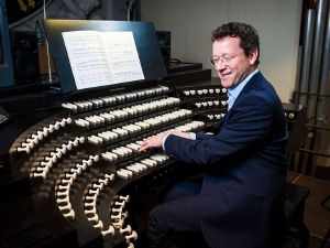 Domorganist Professor Stefan Schmidt begleitet den Stummfilm live auf der Klais-Orgel.