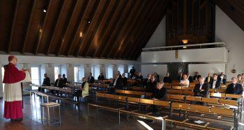 Bischof Dr. Franz Jung (links) legte vor den Mitgliedern des Allgemeinen Geistlichen Rats und der Dekanekonferenz das Tagesevangelium aus, ehe Domdekan Dr. Jürgen Vorndran die Ernennungsurkunde zum Generalvikar erhielt.
