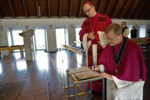 Domdekan Dr. Jürgen Vorndran beim Unterzeichnen des Glaubensbekenntnisses. Links Bischof Dr. Franz Jung.