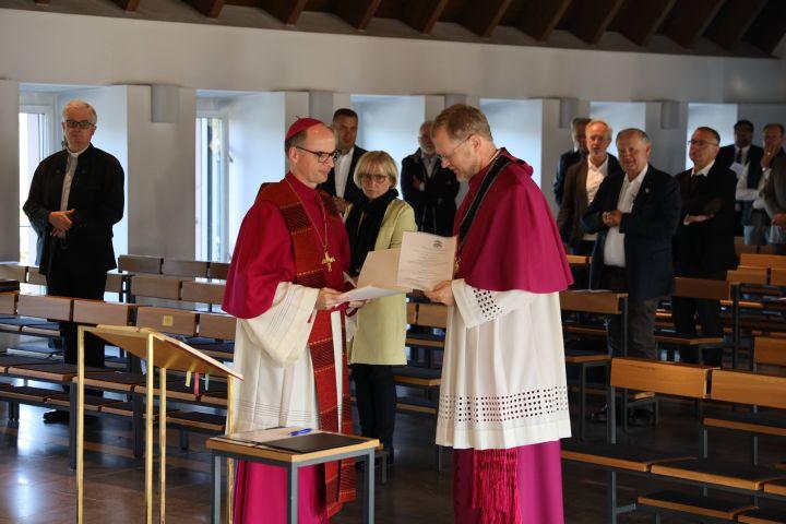 Bischof Dr. Franz Jung hat Domdekan Dr. Jürgen Vorndran die Ernennungsurkunde übergeben.