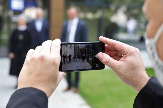 Ein privates Handyfoto für Wissenschaftsminister Bernd Sibler durfte ein Pressefotograf bei dessen Besuch der Katholisch-Theologischen Fakultät der Julius-Maximilians-Universität Würzburg machen.