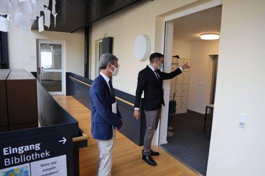 Den bayerischen Wissenschaftsminister Bernd Sibler (links) führte Dekan Professor Dr. Martin Stuflesser bei dessen Besuch am Donnerstag, 24. September, durch die Räume der Katholisch-Theologischen Fakultät der Julius-Maximilians-Universität Würzburg.