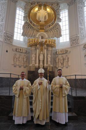 Bei einem Pontifikalgottesdienst am Samstag, 26. September, hat Bischof Dr. Franz Jung (Mitte) im Würzburger Kiliansdom Benjamin Schimmer (links) und Manuel Thomas zu Diakonen geweiht.