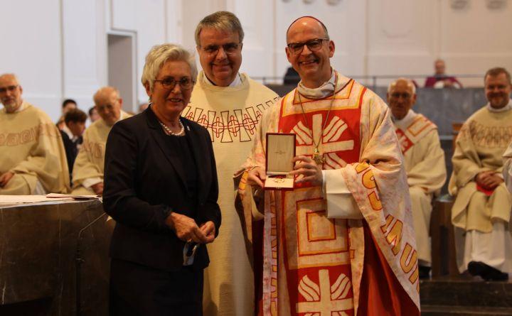 Bischof Dr. Franz Jung überreichte am Sonntag, 27. September, im Kiliansdom den Päpstlichen Silvesterorden an Dr. Anke Klaus, Bundesvorsitzende des Sozialdiensts katholischer Frauen (SkF).