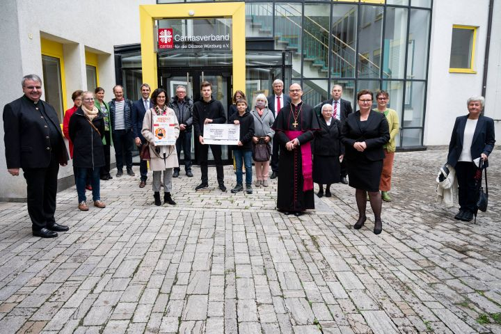 """Den ersten Preis bei der diesjährigen Verleihung des Vinzenzpreises erhielten Vertreter des Projekts """"Unbezahlbar – von Mensch zu Mensch"""" aus Kleinostheim."""