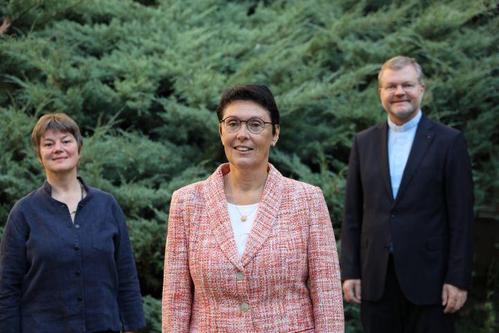 """Das aktuelle Kuratorium der Stiftung """"Miteinander für das Leben"""" (von links): Anne Elisabeth Thieser, Maria-Antonette Graber und Generalvikar Domdekan Dr. Jürgen Vorndran."""