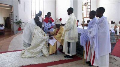 Bischof John C. Ndimbo spendete am Donnerstag, 1. Oktober, Frank Ndunguru im Kiliansdom von Mbinga die Priesterweihe.
