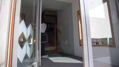 Der Vier-Türme-Verlag Münsterschwarzach (hier der Blick auf den Eingangsbereich) lädt zu einer virtuellen Buchmesse ein.