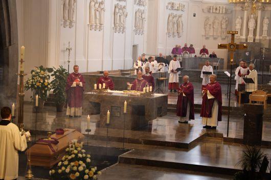Im Anschluss an ein feierliches Pontifikalrequiem mit Bischof Dr. Franz Jung im Kiliansdom ist Domkapitular em. Prälat Hartmut Wahl am Freitag, 9. Oktober, im Domkreuzgang beigesetzt worden.