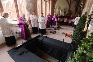 Dompropst Weihbischof Ulrich Bomm leitete die Beisetzung von Domkapitular em. Prälat Hartmut Wahl im Domkreuzgang.