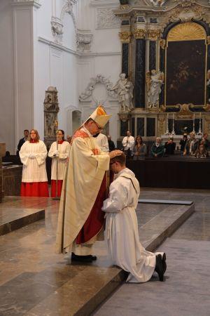Bischof Dr. Franz Jung legt Bertram Ziegler bei der Priesterweihe im Kiliansdom die Hände auf.