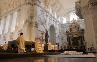 Bei der Anrufung der Heiligen lag der Weihekandidat ausgestreckt vor dem Altar.