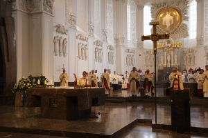 Am Ende des Pontifikalgottesdiensts erteilte der Neupriester Bertram Ziegler den allgemeinen Primizsegen.