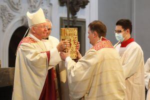 Bei einem Pontifikalgottesdienst am Samstag, 17. Oktober, hat Weihbischof Ulrich Boom (links)) im Würzburger Kiliansdom Uwe Becker (rechts) zum Ständigen Diakon geweiht.