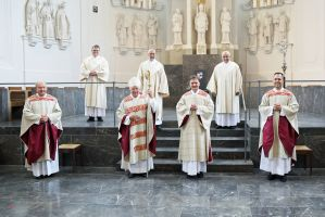 Bei einem Pontifikalgottesdienst am Samstag, 17. Oktober, hat Weihbischof Ulrich Boom (2. von links)) im Würzburger Kiliansdom Uwe Becker (2. von rechts) zum Ständigen Diakon geweiht.