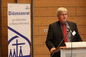 Diözesanratsvorsitzender Dr. Michael Wolf begrüßte die Delegierten des Diözesanrats in der Turnhalle der Würzburger Sankt-Ursula-Schule und dankte den Ursulinen für die Möglichkeit, in diesen Räumen zu tagen.