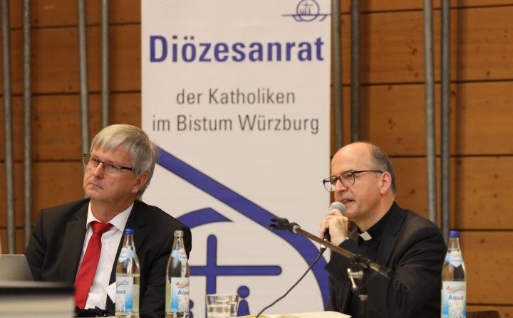 """Bischof Dr. Franz Jung sprach bei der Herbstvollversammlung des Diözesanrats nach dem """"Bericht zur Lage"""", den Diözesanratsvorsitzender Dr. Michael Wolf (links) gab."""