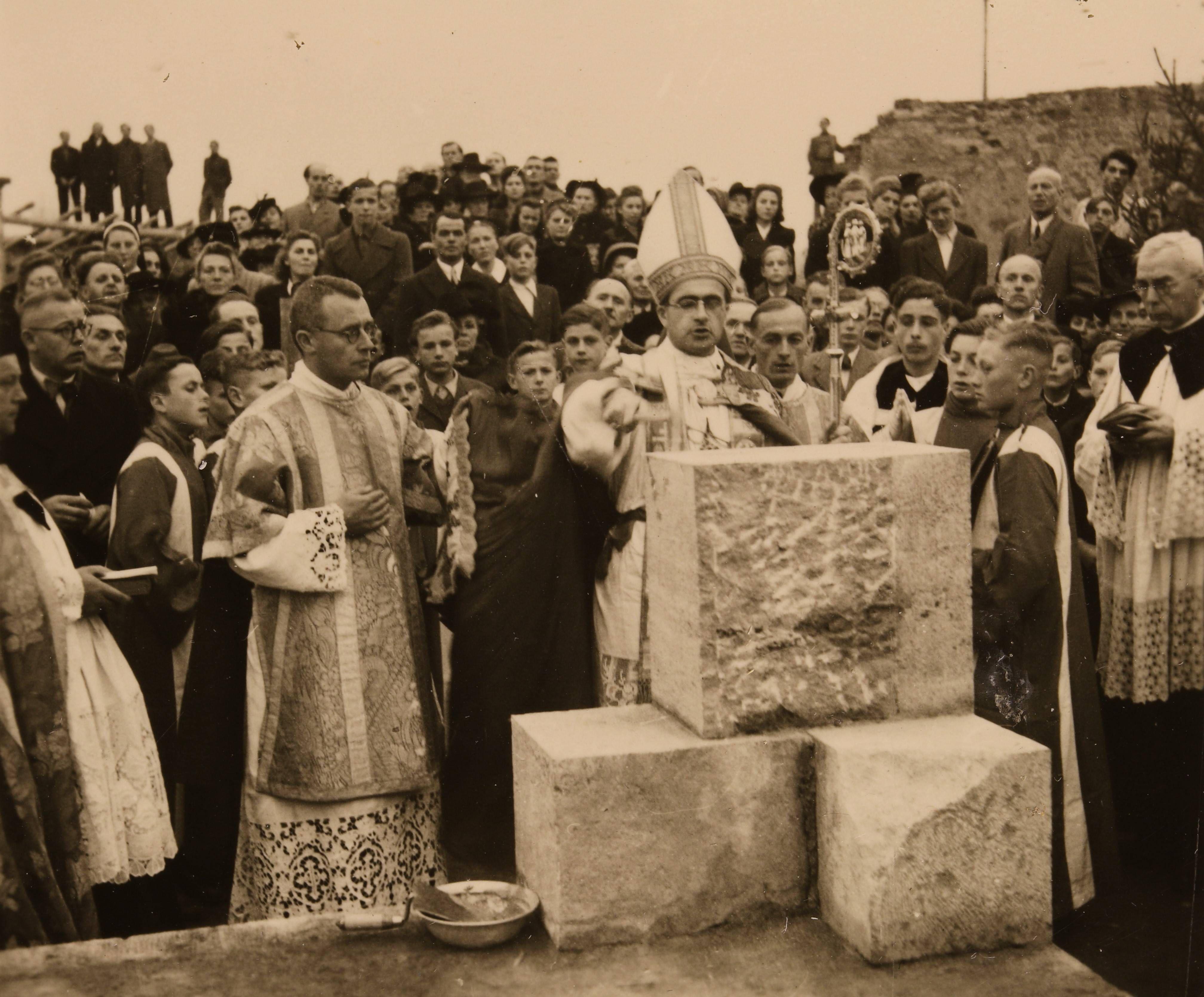 Bischof Julius Döpfner segnete bei der Grundsteinlegung am 31. Oktober 1948 drei mächtige Muschelkalkquader, assistiert vom späteren Bischof Josef Stangl (links).