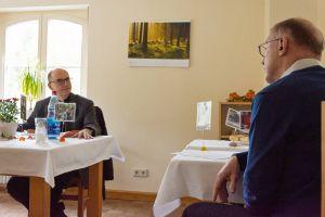 Bischof Dr. Franz Jung (links) im Gespräch mit Michael Koch, Leiter der HIV/Aids-Beratungsstelle Unterfranken.