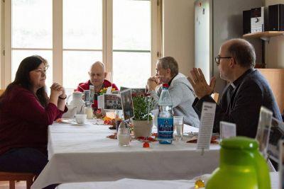 Bischof Dr. Franz Jung (rechts) sprach bei seinem Besuch mit Mitarbeitern und Bewohnern der Würzburger HIV/Aids-Wohngruppe.