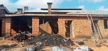 Das Feuer konnte zwar innerhalb von zwei Stunden gelöscht werden, richtete jedoch großen Schaden an. Glücklicherweise wurde niemand schwerer verletzt.