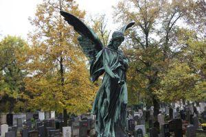 Der Friedhofsgang und das gemeinsame Gebet für die Verstorbenen gehören für viele Gläubige fest zu Allerheiligen.