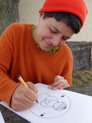 Eine kindliche Figur, die ein Herz in den Händen hält, steht im Zentrum dieser Zeichnung.