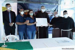 """Unter dem Namen """"Johannes Paul II."""" ist ab sofort ein zweites Krankenhausschiff auf dem Amazonas im brasilianischen Partnerbistum Óbidos unterwegs. Der Kaufvertrag für das Schiff wurde in Óbidos unterzeichnet."""