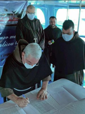 """Unter dem Namen """"Johannes Paul II."""" ist ab sofort ein zweites Krankenhausschiff auf dem Amazonas im brasilianischen Partnerbistum Óbidos unterwegs. Das Foto zeigt die Unterzeichnung des Kaufvertrags."""