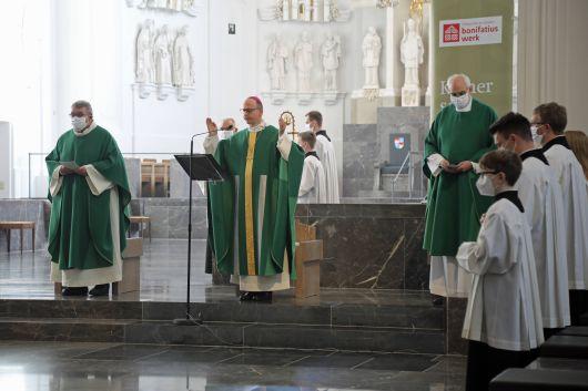 Gottesdienst zur bundesweiten Eröffnung der Diaspora-Aktion des Bonifatiuswerks am 8. November im Kiliansdom (von links): Monsignore Georg Austen, Bischof Dr. Franz Jung und Domkapitular Christoph Warmuth.