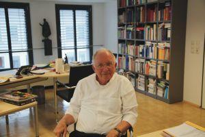 Weihbischof Ulrich Boom in seinem Arbeitszimmer.