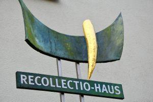 "Das Recollectio-Haus bietet Kurse und ambulante Begleitung an. Infos unter: ""www.recollectio.abtei-muensterschwarzach.de""."