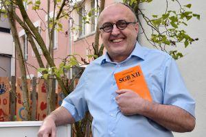 """Macht sich für benachteiligte Menschen stark: In den 42 Jahren seiner Arbeit war Günther Purlein, Geschäftsführer der ökumenischen Christophours-Gesellschaft, vielen als """"Sozialarbeiter mit dem Gesetzbuch unterm Arm"""" bekannt."""