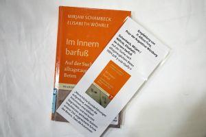 """Zu jeder Literaturempfehlung gibt es eine laminierte Karte mit dem Namen der Person, die das Buch empfiehlt. Augustinerpater Alfons Tony etwa hat ein Buch aus der Reihe """"Franziskanische Akzente"""" ausgewählt."""