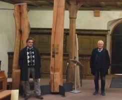 Pfarrer Simon Mayer (links) und Manfred Goldkuhle vor zwei der fünf Gedenk-Säulen für die verstorbenen Karlstadter.