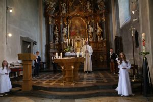 """Pfarrer Thomas Menzel mit den Kommunionkindern von der Gemeinde """"Sankt Alban"""" Hendungen."""