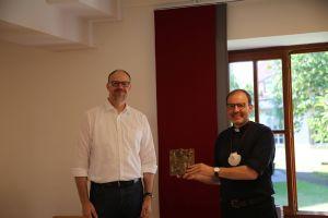 Pfarrer Thomas Menzel verabschiedet Pfarrer Paul Reder.