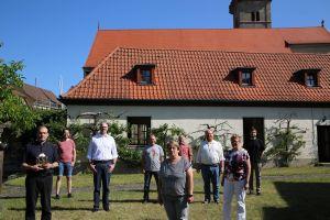 Das Pastoralteam bei der Verabschiedung von Pfarrer Paul Reder im Pfarrgarten in Mellrichstadt.
