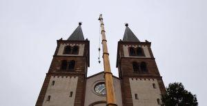 Der Klöppel der großen Salvatorglocke des Würzburger Kiliansdoms ist am Dienstag, 24. November, mit Hilfe eines Autokrans ausgetauscht worden.