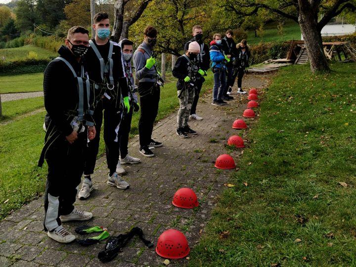 Neun Jugendliche der gemeinnützigen Caritas-Don Bosco GmbH erlebten einen spannenden Tag im Bamberger Hochseilgarten.  Das Foto zeigt sie bei den Vorbereitungen am Boden.