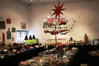 Der Weihnachtsmarkt findet in der Galerie des Weltladens statt: Die Auswahl an Weihnachtsschmuck und Co. ist dort riesig.