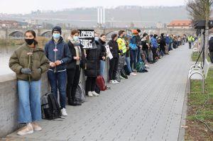 """Rund 130 Schülerinnen und Schüler aus neun Würzburger Schulen bildeten eine """"Menschenkette mit Abstand"""", um an die erste Deportation von Juden aus Würzburg vor 79 Jahren zu erinnern."""