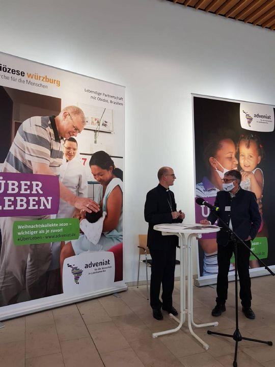 Bischof Dr. Franz Jung (links) und Alexander Sitter von der Unterabteilung Weltkirche des Bistums Würzburg kurz vor Beginn des Livestreams im Würzburger Burkardushaus.