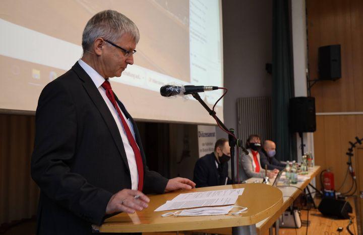 Diözesanratsvorsitzender Dr. Michael Wolf (links) begrüßte die Teilnehmer der als Hybridveranstaltung durchgeführten außerordentlichen Vollversammlung des Diözesanrats im Veranstaltungszentrum Heiligkreuz im Würzburger Stadtteil Zellerau.