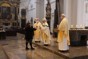Bischof Dr. Franz Jung hat am Dienstag, 8. Dezember, dem Hochfest Mariä Empfängnis, die Steuerungsgruppen in die 40 Pastoralen Räume im Bistum Würzburg ausgesandt und diesen als Symbol jeweils eine brennende Kerze mitgegeben.