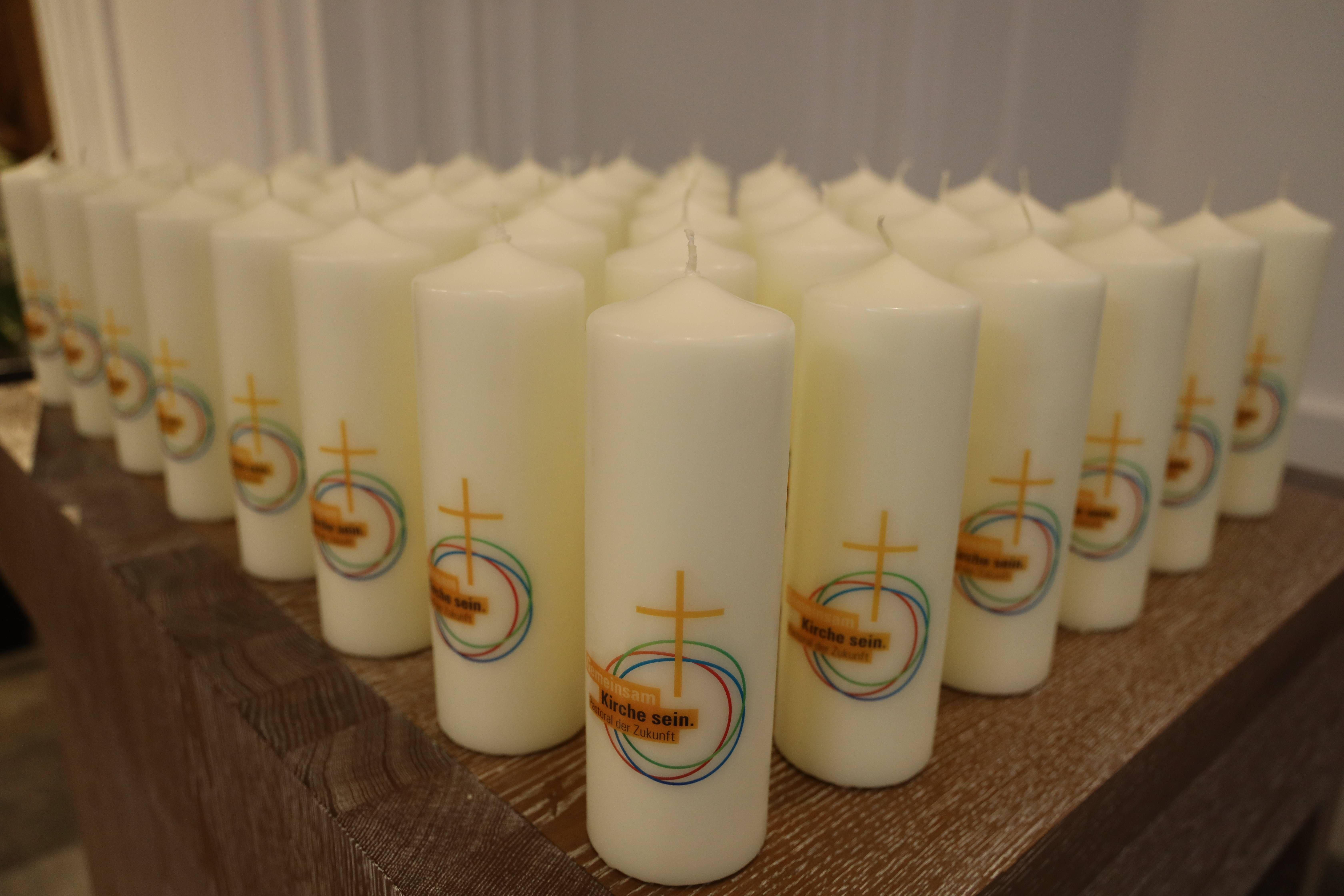 Bischof Dr. Franz Jung hat bei einem Pontifikalgottesdienst am 8. Dezember 2020 im Kiliansdom die Steuerungsgruppen in die 40 Pastoralen Räume des Bistums Würzburg ausgesandt. Als Symbol gab es jeweils eine brennende Kerze mit auf den Weg.