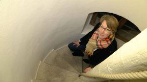 Am dritten Advent geht Alexandra Eck, Referentin für die Dombesucherpastoral, eine steile Wendeltreppe nach oben, die sich in der nähe des Kreuzgangs im Kiliansdom befindet.
