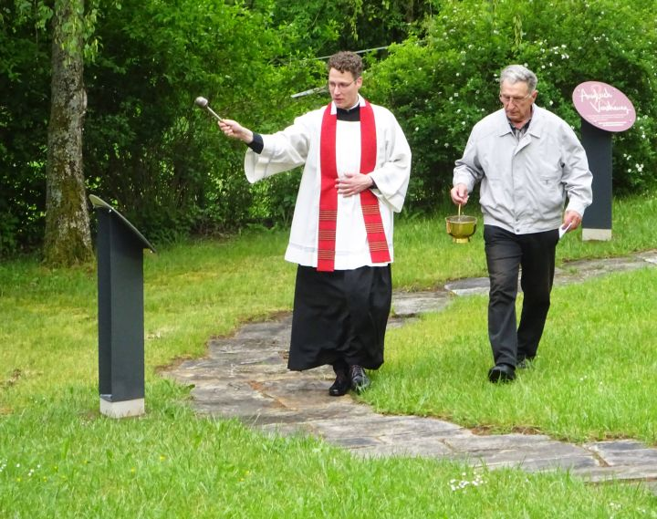 Pfarrer Dr. Eugen Daigeler (links) segnet am 23. Mai den neuen Liborius-Wagner-Besinnungspfad in der Nähe der Kirche von Altenmünster.
